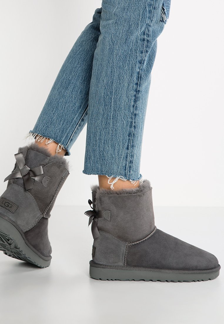 UGG - MINI BAILEY BOW - Classic ankle boots - grey