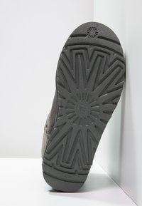 UGG - MINI BAILEY BOW - Stiefelette - grey - 5