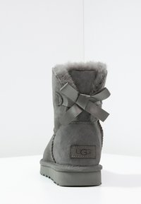 UGG - MINI BAILEY BOW - Classic ankle boots - grey - 4