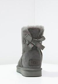 UGG - MINI BAILEY BOW - Stiefelette - grey - 4