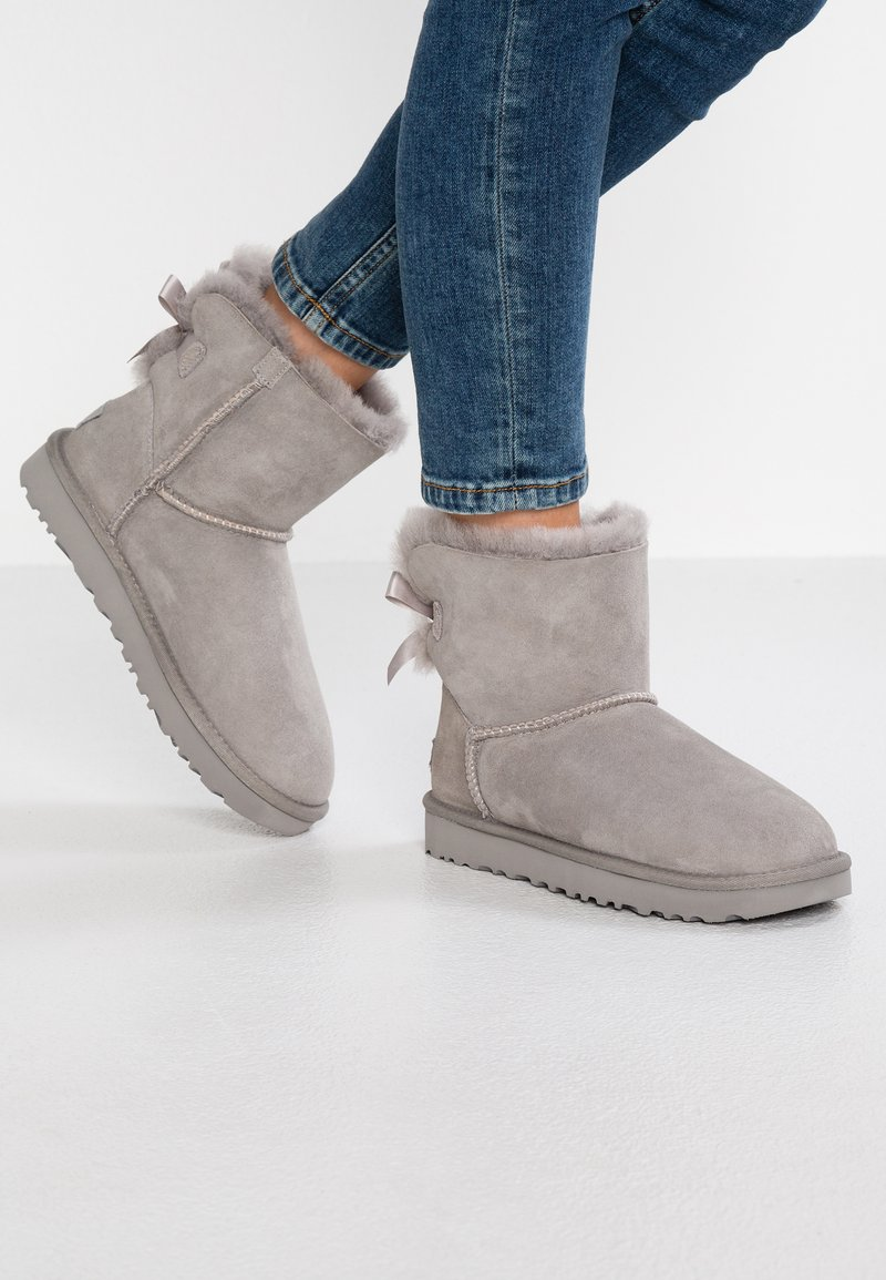 UGG - MINI BAILEY BOW - Classic ankle boots - seal