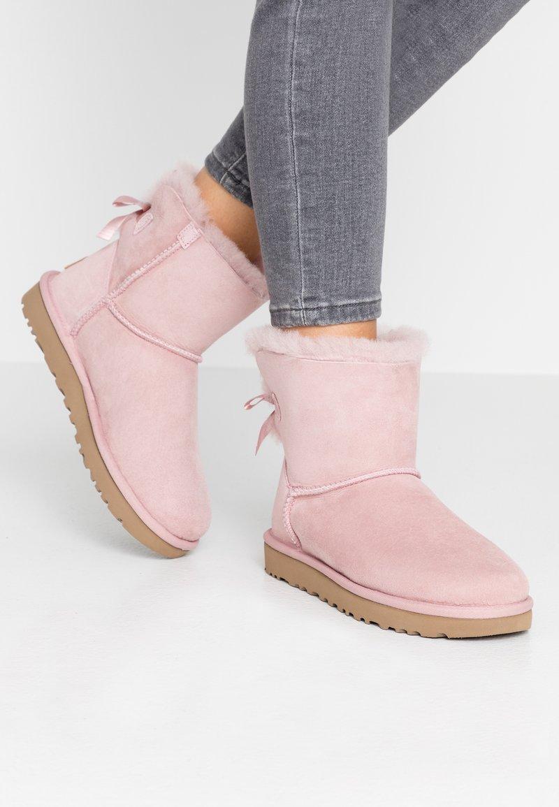 UGG - MINI BAILEY BOW - Stivaletti - pink