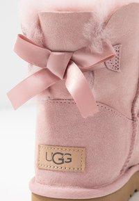 UGG - MINI BAILEY BOW - Stivaletti - pink - 2