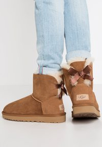 UGG - MINI BAILEY BOW - Classic ankle boots - chestnut - 0