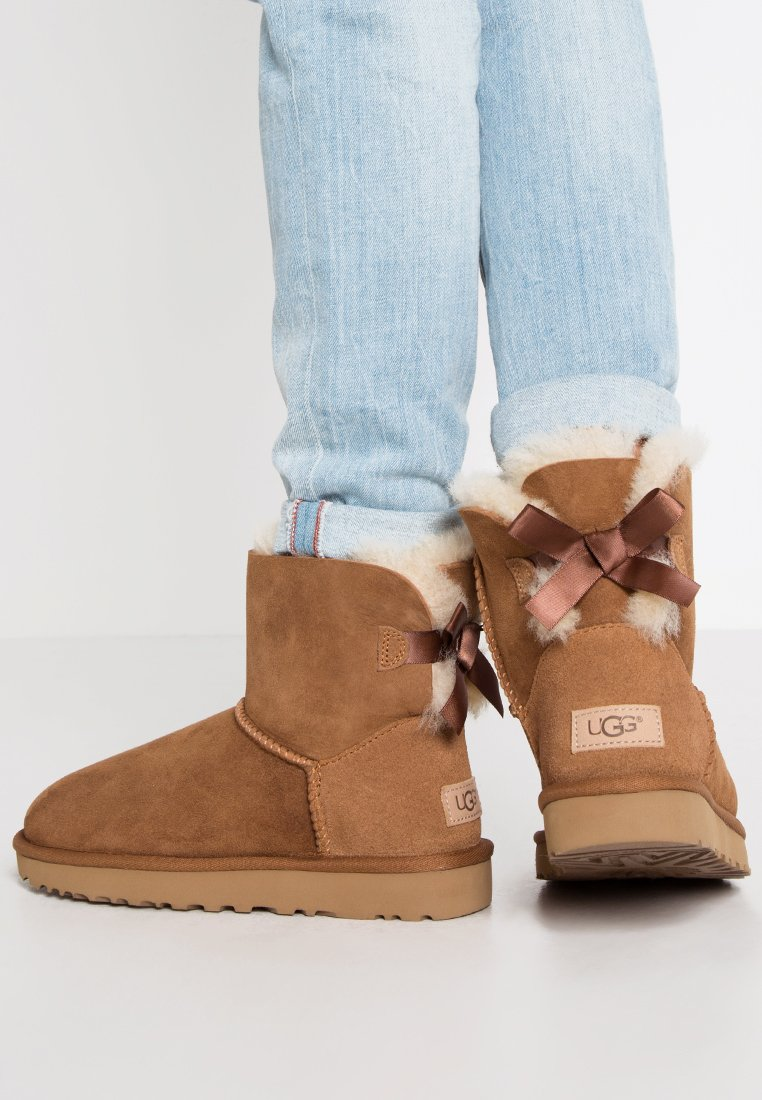 UGG - MINI BAILEY BOW - Classic ankle boots - chestnut