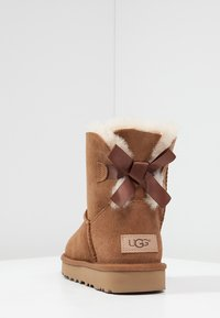 UGG - MINI BAILEY BOW - Classic ankle boots - chestnut - 4