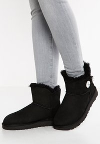 UGG - MINI BAILEY BUTTON BLING - Botines - black - 0