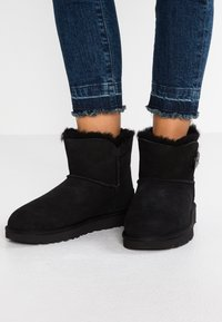 UGG - BAILEY - Kotníkové boty - black - 0