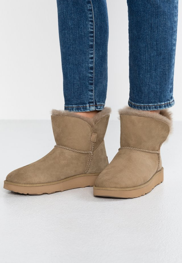 CLASSIC CUFF MINI - Classic ankle boots - antilope