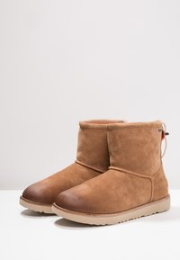 UGG - CLASSIC TOGGLE WATERPROOF - Śniegowce - chestnut - 2