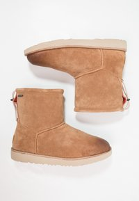 UGG - CLASSIC TOGGLE WATERPROOF - Śniegowce - chestnut - 1