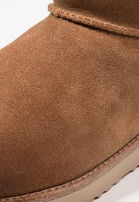 UGG - CLASSIC TOGGLE WATERPROOF - Śniegowce - chestnut - 5