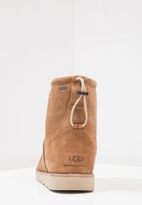 UGG - CLASSIC TOGGLE WATERPROOF - Śniegowce - chestnut - 3
