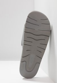 UGG - XAVIER GRAPHIC - Kapcie - grey - 4