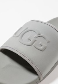 UGG - XAVIER GRAPHIC - Kapcie - grey - 5