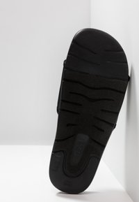 UGG - XAVIER GRAPHIC - Chaussons - black - 4