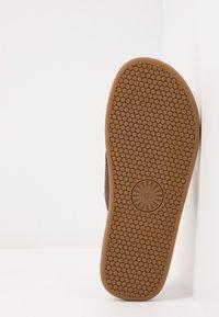 UGG - SEASIDE - T-bar sandals - chestnut - 4