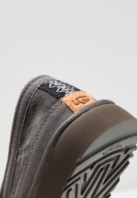 UGG - DEX - Kapcie - dark grey - 5
