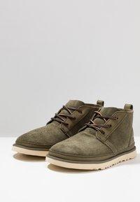 UGG - NEUMEL UNLINED - Sznurowane obuwie sportowe - green - 2