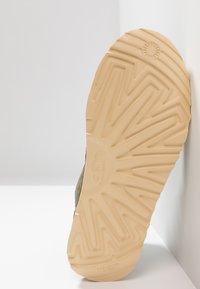 UGG - NEUMEL UNLINED - Sznurowane obuwie sportowe - green - 4