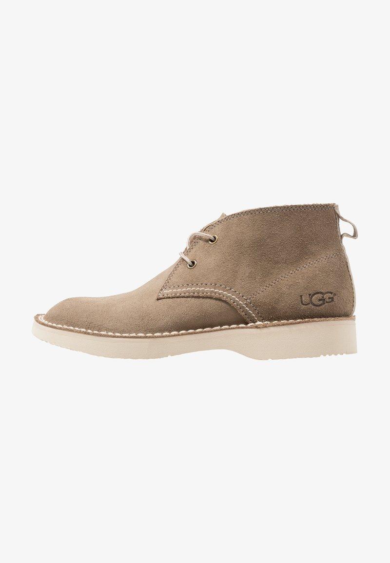 UGG - CAMINO CHUKKA BOOT - Sznurowane obuwie sportowe - olive