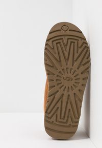 UGG - NEUMEL - Sznurowane obuwie sportowe - chestnut - 4