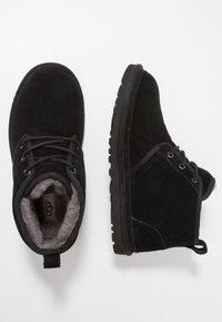 UGG - NEUMEL - Sznurowane obuwie sportowe - black - 1