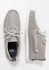UGG - BEACH MOC CHUKKA - Sznurowane obuwie sportowe - sel - 1
