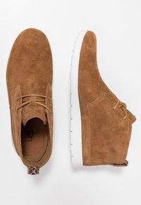 UGG - FREAMON - Sznurowane obuwie sportowe - chestnut - 1