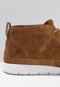 UGG - FREAMON - Sznurowane obuwie sportowe - chestnut - 5