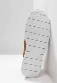 UGG - FREAMON - Sznurowane obuwie sportowe - chestnut - 4