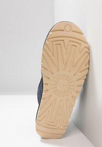 UGG - NEUMEL ZIP - Sznurowane obuwie sportowe - navy - 4