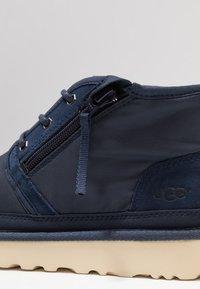 UGG - NEUMEL ZIP - Sznurowane obuwie sportowe - navy - 5