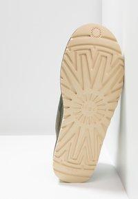 UGG - NEUMEL ZIP - Sznurowane obuwie sportowe - green - 4