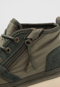UGG - NEUMEL ZIP - Sznurowane obuwie sportowe - green - 5