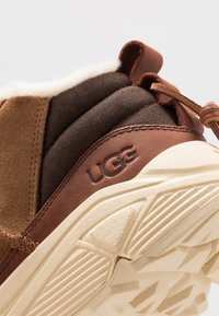 UGG - MIWO TRAINER - Sneakersy wysokie - chestnut