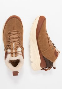 UGG - MIWO TRAINER - Sneakersy wysokie - chestnut - 1