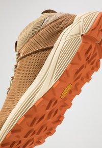 UGG - MIWO SPORT HIGH HYPERWEAVE - Sneakersy wysokie - oak - 5