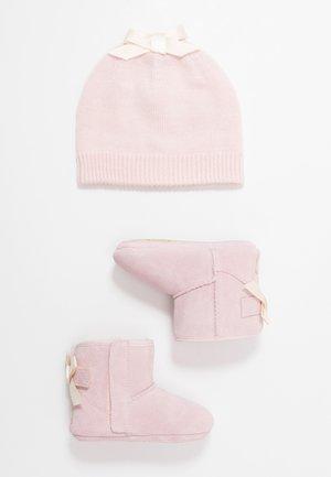 JESSE BOW & BEANIE SET - Geboortegeschenk - baby pink