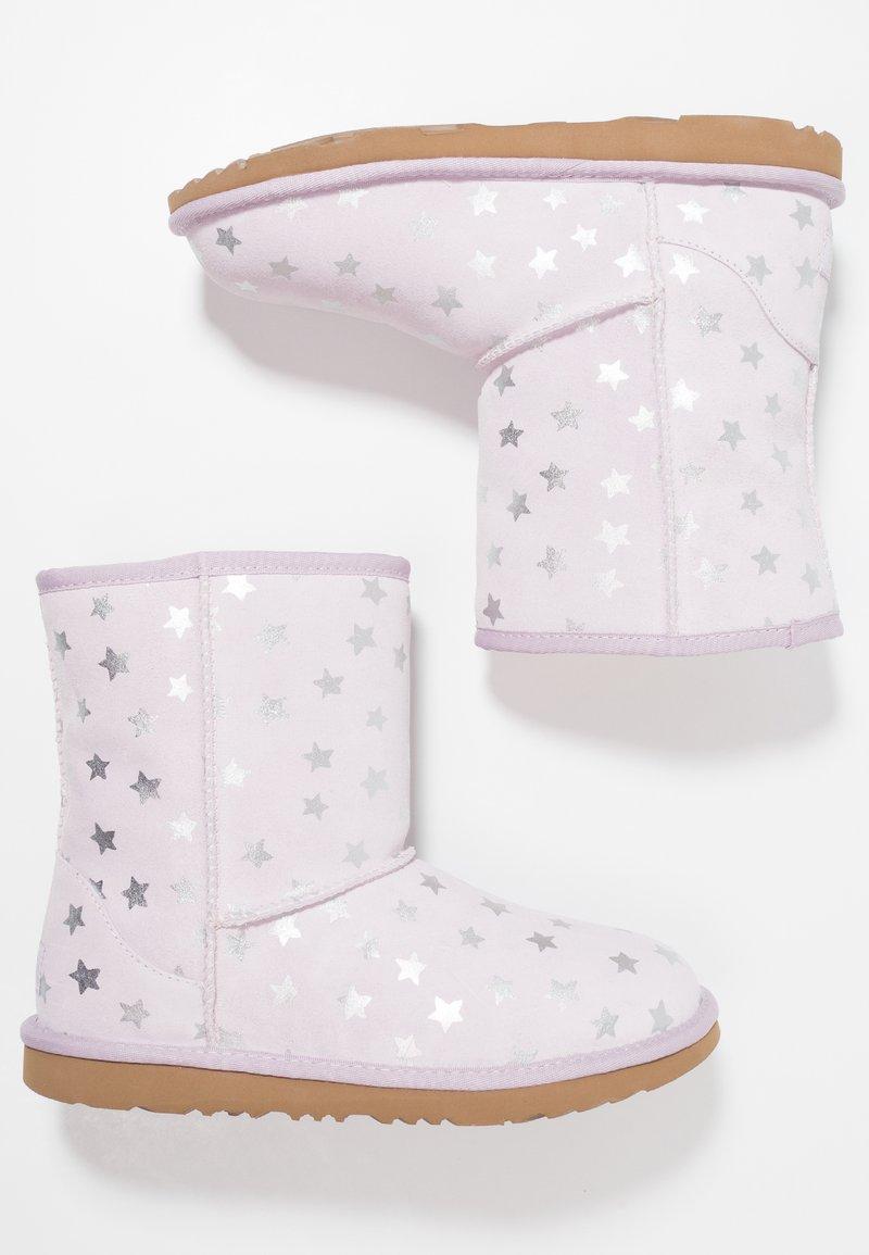 UGG - CLASSIC SHORT II STARS - Botas para la nieve - lilac