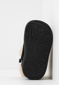 UGG - JORIE - Chaussures premiers pas - black - 5