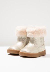 UGG - JORIE METALLIC - Chaussures premiers pas - gold - 3
