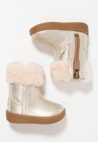 UGG - JORIE METALLIC - Chaussures premiers pas - gold - 0