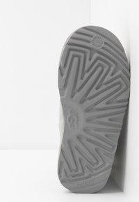 UGG - CLASSIC SHORT BRAIDED - Kotníkové boty - grey violet - 5