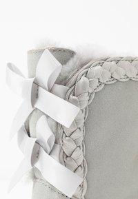 UGG - CLASSIC SHORT BRAIDED - Kotníkové boty - grey violet - 2