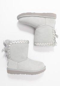 UGG - CLASSIC SHORT BRAIDED - Kotníkové boty - grey violet - 0