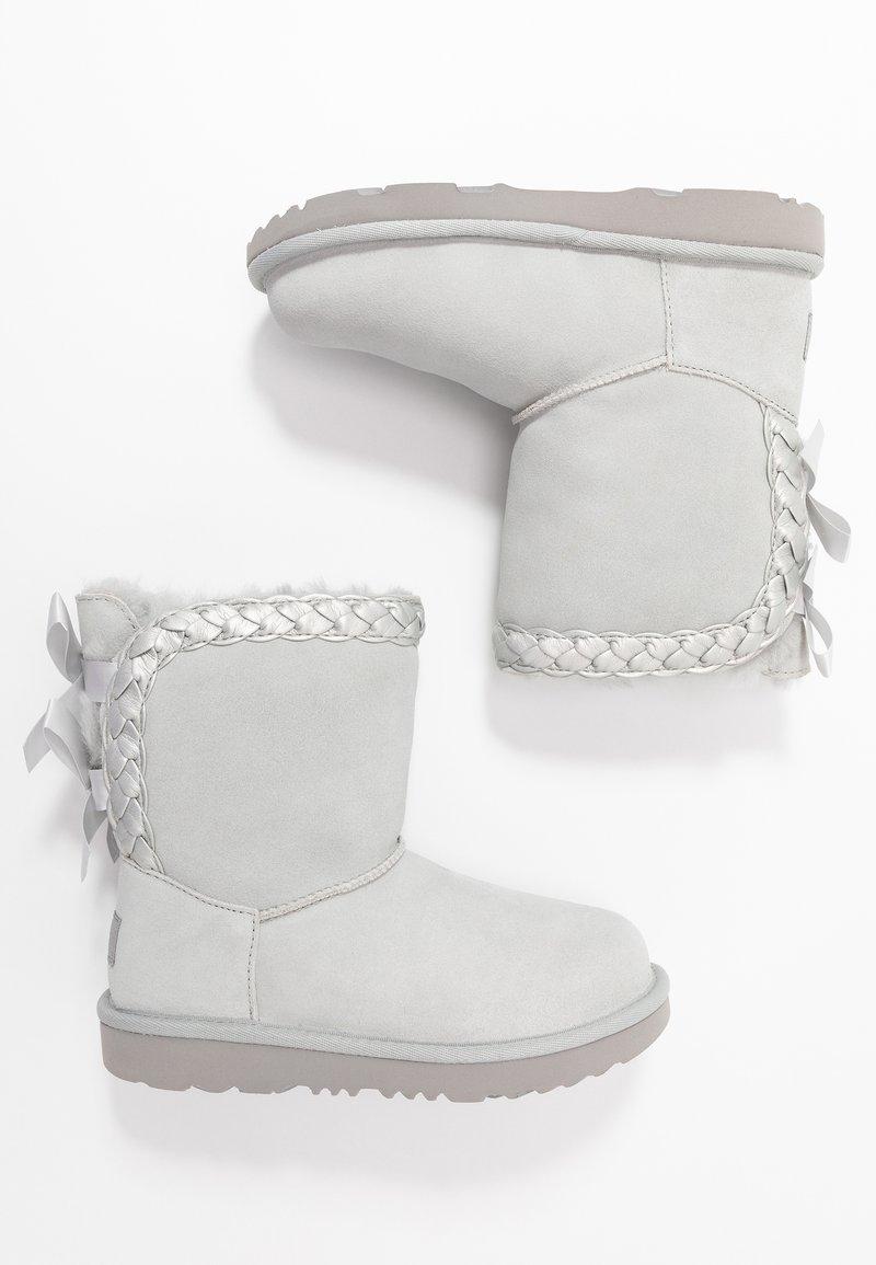 UGG - CLASSIC SHORT BRAIDED - Kotníkové boty - grey violet