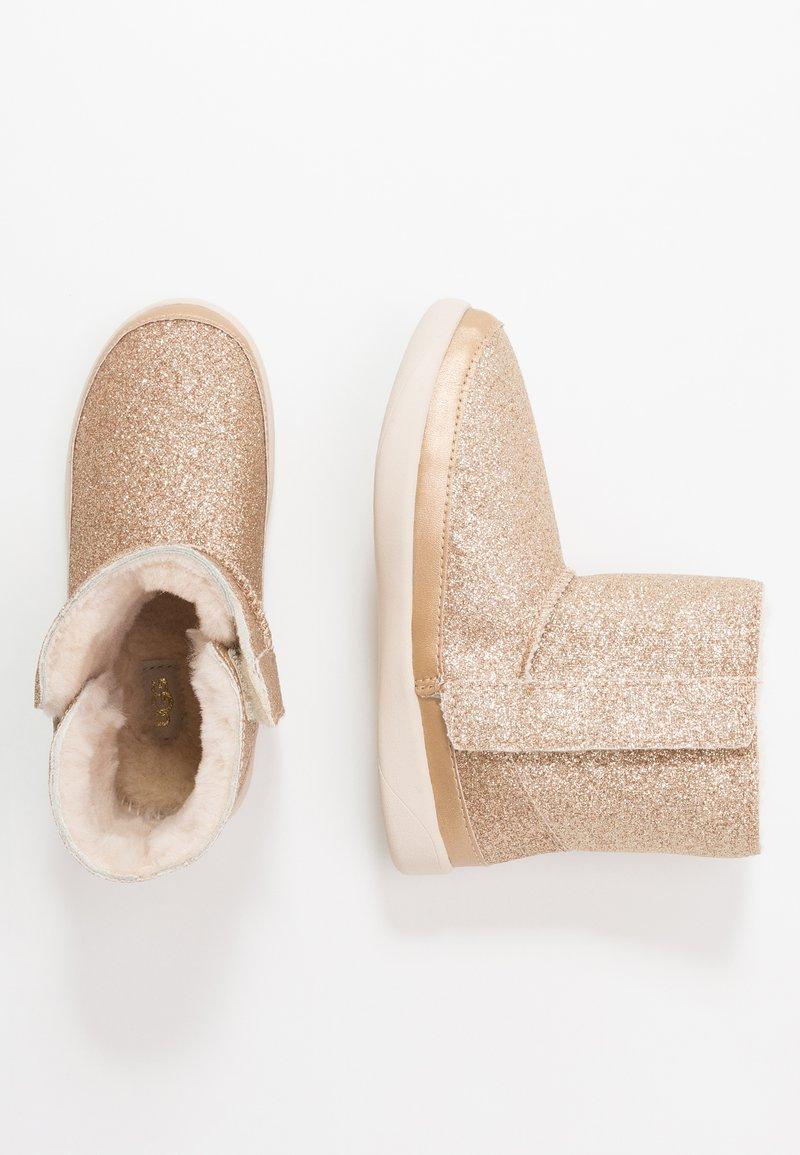 UGG - KEELAN GLITTER - Kotníkové boty - gold