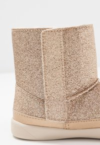 UGG - KEELAN GLITTER - Classic ankle boots - gold - 2