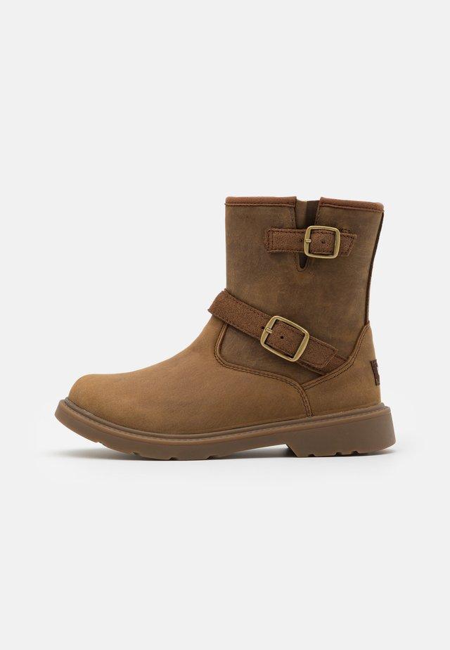KINZEY - Cowboy/biker ankle boot - walnut
